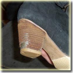 Полоски кожи обсыпаются с каблука